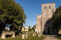 L'église Saint-Etienne et les tombes anciennes.